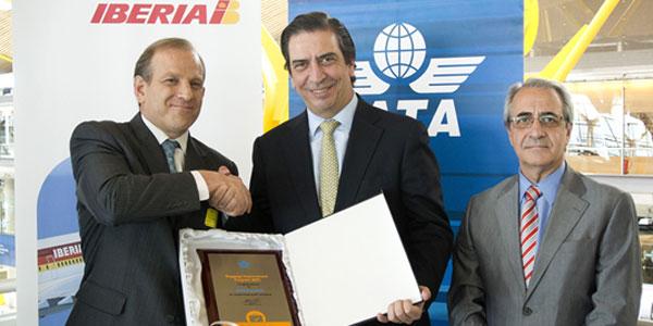 Rafael Sánchez-Lozano, Iberia CEO; Rafael Schvartzman, Regional Vice President Europe IATA; and Fernando De Miguel, Iberia Director at Madrid-Barajas Airport.